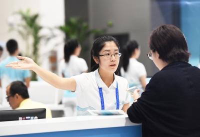 服务峰会新闻中心的志愿者。