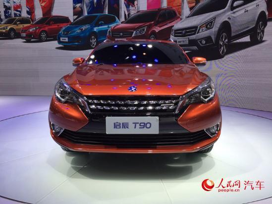 人民网北京9月4日电(窦明)在刚刚开幕的2016成都国际车展上,东风日产启辰T90亮相展台。启辰T90是东风日产旗下最新开发的轿跑型SUV,新车车身设计显得低矮流线,融入了很多此前WOW概念车的元素。全新的前脸造型搭配溜背式的外观设计,使得新车看起来非常个性。动力方面,新车将搭载自日产的2.0L自然吸气发动机,最大输出功率为139马力(102kW)。传动系统与发动机匹配的是CVT变速箱。