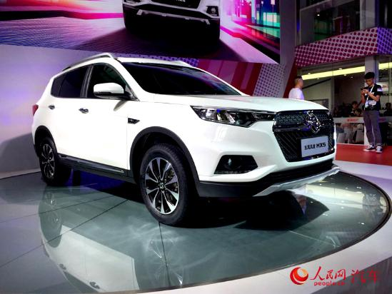 人民网北京9月3日电(窦明)在刚刚开幕的2016成都国际车展上,郑州日产东风风度 MX5正式亮相。根据早期曝光的规划,东风风度将在2016年推出MX5和MX3两款全新SUV,其中MX5将首先上市,随后为MX3。