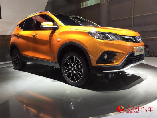 """人民网北京9月4日电(窦明)在刚刚开幕的2016成都国际车展上,东南汽车首款小型SUV车型DX3亮相展台。新车融合了东南""""DX Concept""""概念车的部分家族设计特征,这也是继DX7之后,东南汽车又一款与宾尼法利纳深度合作、正向研发的车型。DX3将会延续""""流动的力量""""的设计理念,承袭东南汽车独创的DX系家族式设计语言,同时还将有自己独特的魅力设计。"""