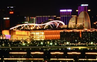 G20杭州峰会主场馆——国际博览中心和各种配套设施,已经全面就位,静待各国领导人前来。图为其美丽的夜景 a03版