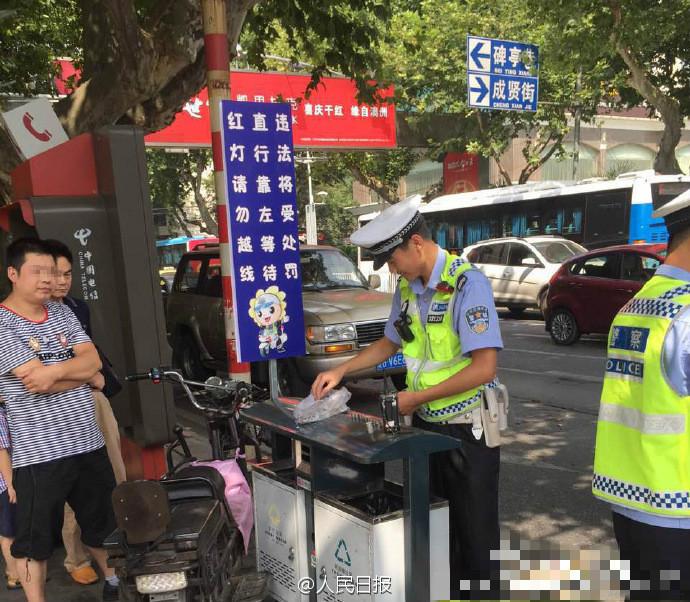 今天上午,南京一男子骑电动车闯红灯被交警拦下。面对50元罚款,男子表示没带钱将回家取钱。半小时后男子返回并交出一大袋一毛硬币。