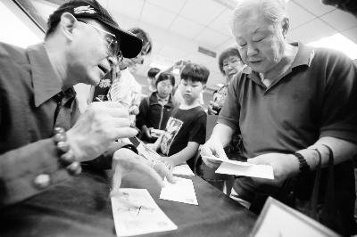 今天上午,六小龄童为集邮爱好者签售摄/记者 曹博远