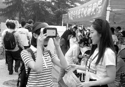 新传学院为新生准备了VR眼镜