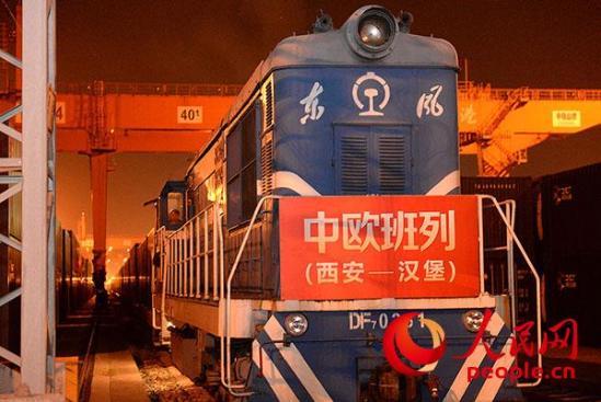 9月2日晚,载有53车集装箱的西安至汉堡中欧国际货运班列从西安铁路局新筑车站开行。 姜峰、焦键 摄