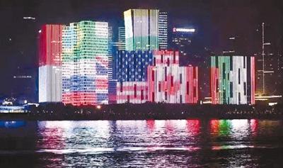 钱塘江两岸建筑上的G20杭州峰会各国国旗灯光秀。