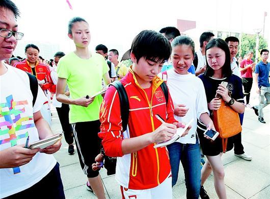 楚天都市报讯 图为:跳水冠军刘蕙瑕给学生们签名
