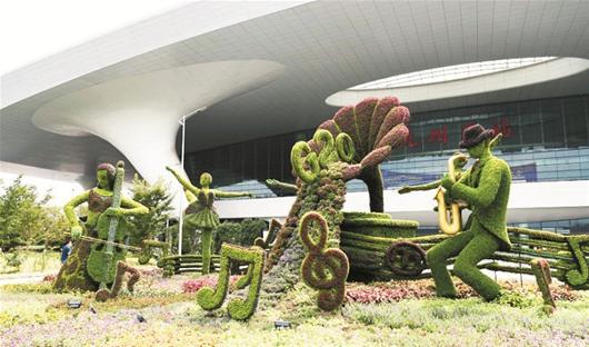 楚天都市报讯 图为:为迎G20峰会,杭州街头出现许多时尚的园林扎景