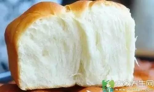 """面包改良剂能让面包更柔软、弹性更高,并有效延缓面包老化发干的时间,更重要的是体积比传统做法大,卖相更好。""""同样大的面团,传统做法制成面包后会增大1.5—2倍,而使用了改良剂的面包,则会增大2—3倍,如果改良剂加得多,膨发倍数还会更大。这样一来,起码面粉用得少了,降低成本的办法,当然有人喜欢用。"""