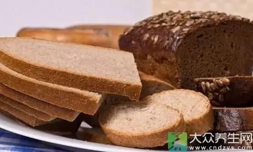 全麦面包富含膳食纤维、B族维生素含量更多、蛋白质也更丰富,还有减肥瘦身的效果……健康风潮越来越盛,全麦面包也更加受人们的欢迎。