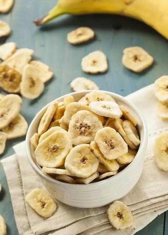 别以为所有水果都是减肥神器,一根香蕉约含有热量90大卡,几乎是常见水果中热量最高的,需要散步1个小时才能消耗完。所以,想要瘦身最好用其他水果替代。