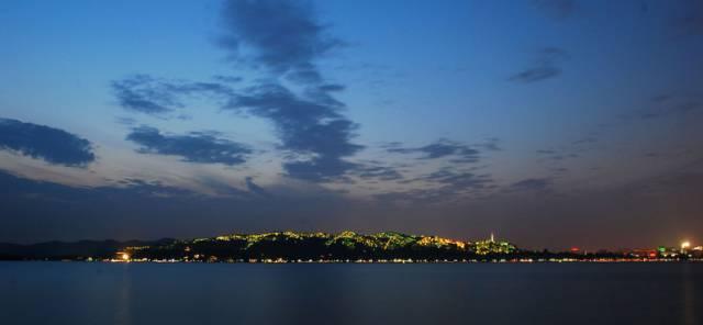 """演出名称:""""最忆是杭州"""" 整台演出名称为""""最忆是杭州""""――语出白居易词,""""江南忆,最忆是杭州。山寺月中寻桂子,郡亭枕上看潮头。何日更重游。""""此篇是古往今来描绘西湖的诸多名句中的翘楚,极易彰显杭州和西湖的文化积淀韵味。"""