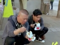 《花样男团片花》第十二期 郭德纲欧弟异国街头吃炒面 姿势撩人狂吃不止