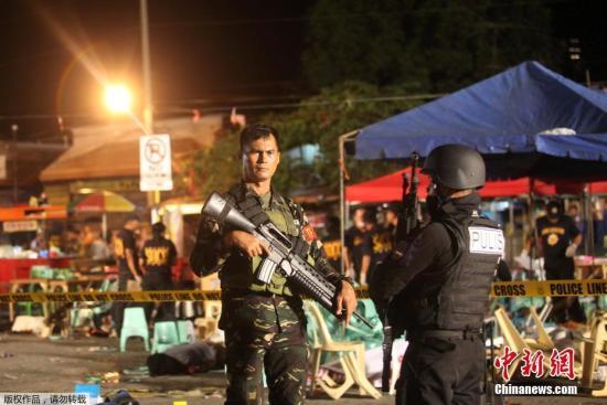 当地时间9月2日,菲律宾南部重镇达沃市一夜市发生爆炸事件。图为菲律宾警方在事发现场。