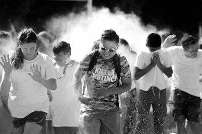 2016年7月,美国加州Napa谷的中学夏令营流动举办了一场黑色跑流动,200余名门生畅享色调与静止的狂欢。 图/东方IC