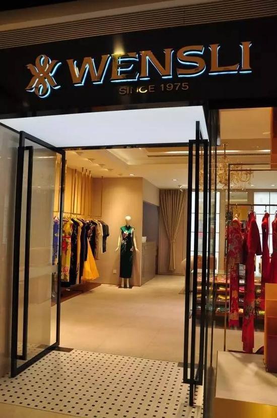15:05 总理夫人来到C座1楼夏姿陈专柜,看了几件连衣裙后离开店铺,未购买。