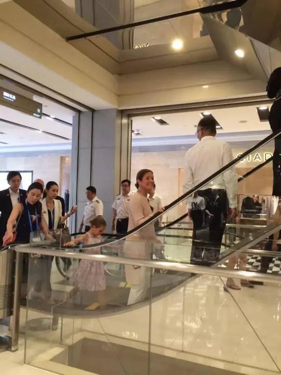 15:35 总理夫人一行人来到AB座2楼连廊处的名品买手店专柜。总理夫人试穿了一件DOLCE&GABBANA品牌的晚礼服,感到满意,以3000元的价格购买。
