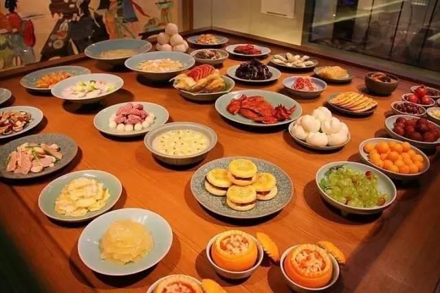 这些菜点大多是杭州历史名菜,但又融入了一些新的烹调技巧,显得更有时代气息。大厨们说,他们已经做好了准备,要让外国朋友忘不掉杭州的美好滋味。这些经典的杭帮菜都有啥呢?