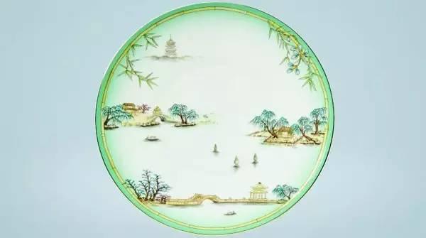 """国宴餐具的图案,采用富有传统文化审美元素的""""青绿山水""""工笔带写意的笔触创造,布局含蓄谨严,意境清新。"""