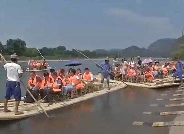 同样的场景,也在江西省其他旅游景区上演。上午10点左右,记者在龙虎山景区看到,停车场停得满满当当,大都是浙江牌照的车子。各景点秩序井然,一些人性化服务受到游客的称赞。