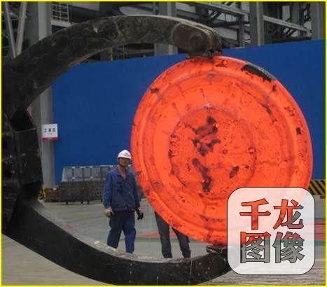 2013年,董建新率领研制团队到四川德阳国家第二重型机器团体应用这台国际上最大的液压机去压国际上最大的'饼子'——直径为1.45米的难变形高温合金涡轮盘。图为一次性压抑胜利的难变形高温合金涡轮盘。北京科技大学资料学院单家供图