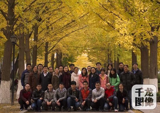 北京科技大学资料学院董建新传授和他培育的局部硕士、博士门生们合影。北京科技大学资料学院供图