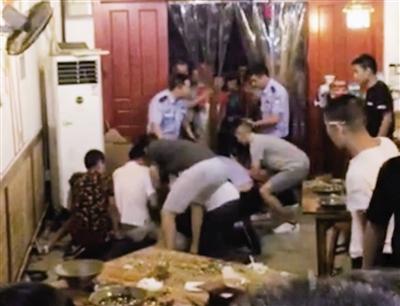 民警抓捕吸贩毒嫌疑人。