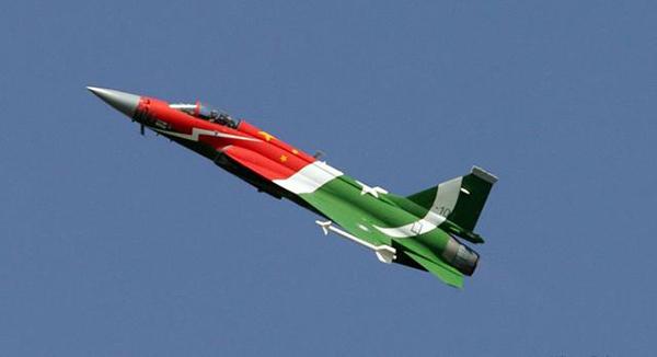 据《印度教徒报》网站9月4日援引巴基斯坦《论坛快报》报道,巴基斯坦总理纳瓦兹・谢里夫主持的内阁会议7月15日在拉合尔省长府举行,会议批准巴与中国议定长期防务协议。巴基斯坦内阁详细考虑了就巴基斯坦和中国在不同领域加强防务和安全合作的协议草案展开谈判的概要,会议就建议的协议进行了详细讨论并最终批准。