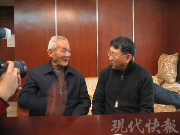 2004年12月,苏国宝在《当代快报》修改部,会晤江南水泥厂灾黎区办理者颜景和(颜柳风)的孙子、美籍华人颜弢老师。