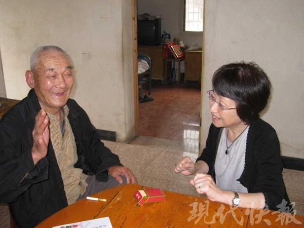2012年5月20日,日本大阪和祥和睦人士松冈环到湖山村慰劳苏国宝白叟。