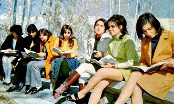 1970年月,伊斯兰反动暴发前伊朗街上的年青人。其时,遭到已经留学英美的巴勒维的作用,东方文明进入伊朗,伊朗女人的时髦也日趋欧化和敞开。