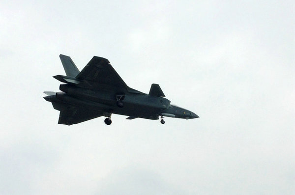 资料图:国产第四代重型隐形战斗机歼-20试飞画面。