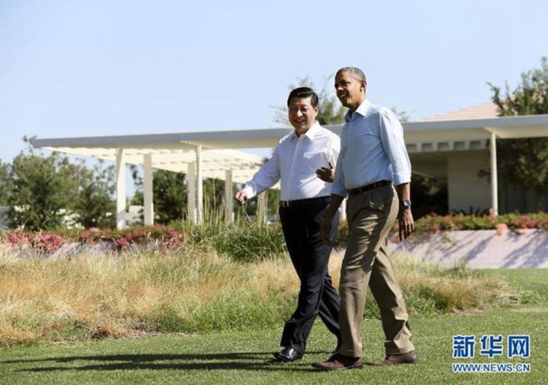 当地时间2013年6月8日上午,中国国家主席习近平同美国总统奥巴马在美国加利福尼亚州安纳伯格庄园举行第二场会晤。会晤开始前,习近平和奥巴马在风光秀丽的庄园内散步,在轻松的气氛中交谈。新华社记者 兰红光 摄