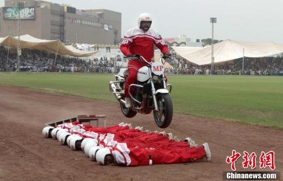 巴基斯坦庆国防日 士兵大秀摩托车特技