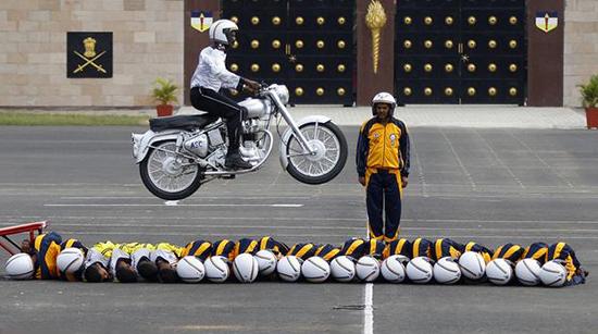 印度士兵也爱玩钻火圈,这大火有点儿燃……