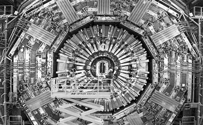 图为发现希格斯玻色子的大型强子对撞机LHC