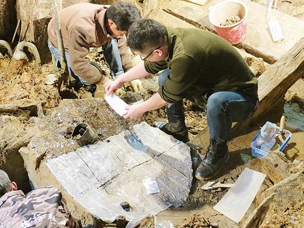 原文配图:考古人员在现场提取文物。