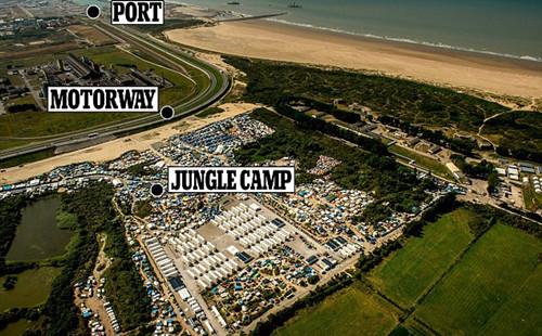 英国决定斥资200万英镑在加莱和营地之间建造近4米高的混凝土墙,用于取代此前的护栏。(网页截图)