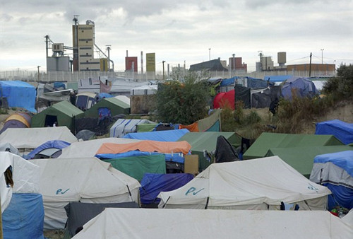 """在英国公投决定退出欧盟前,大量非法移民涌入英国,这些人主要来自位于加莱附近的""""丛林营地"""",那里现在聚集着约10000名移民。(网页截图)"""