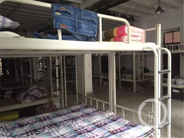 """克日,在某�N吧有�W友爆料:""""位于重�c北碚三花石的四川�x表�a�I�Z舍,一���T生睡房竟然住了60多人,一共���如�S的睡房,并共用一�g茅��。"""""""