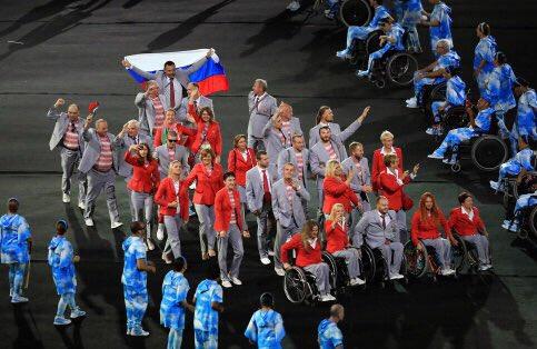 在运动员入场环节,白俄罗斯代表团除了挥舞本国国旗,走在后边的一名代表团成员还高高举起了俄罗斯的国旗,这一画面经电视直播引起广泛关注,俄罗斯网友纷纷表示,这才是真正的好兄弟!