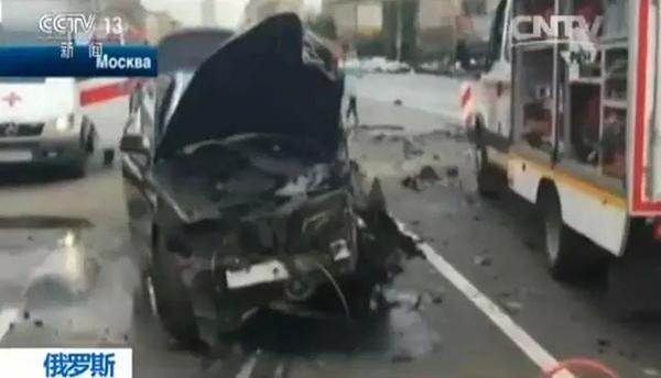 从监控视频中可以看到,黑色宝马原本在自己的车道上正常行驶,对面一辆奔驰轿车却突然穿过道路中线,与宝马迎面相撞。两辆车由于剧烈撞击产生的惯性飞出相距几十米远,现场升起阵阵浓烟。