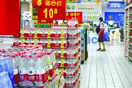 女儿被砸伤后,市民高先生质疑超市货物堆头过高。 /晨报记者 张佳琪