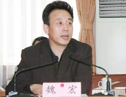 """李佳初到省委安排部时,任党员办理处副科级安排员。彼时,魏宏已由副处长,升为正处级副秘书长,后又被选拔为副厅级秘书长、副部长。2000年至2002年,魏宏在雅安干了两年。再回四川省委安排部后,魏宏在2002年结尾的四个月,完结了由掌管作业的副部长、部长、四川省委常委兼安排部长的""""三级跳""""。"""