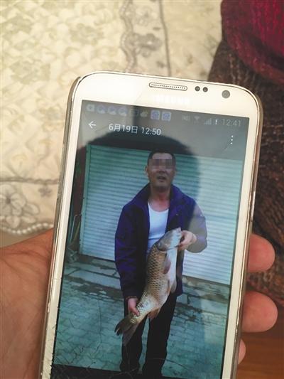 9月8日,辽宁大石桥市农交运钞车被劫事情疑犯母亲展现儿子相片。