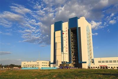 昨日,执行天宫二号飞行任务的运载火箭垂直转运至酒泉卫星发射中心发射区。新华社发