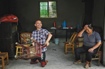 8月31日,浏阳道吾村,彭阳武离家12年后回到曾经的家很高兴,母亲则为更加吃紧的生活压力而烦恼。
