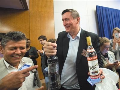 9月9日,瑞士日内瓦,媒体记者收到俄罗斯外长拉夫罗夫赠送的伏特加。 新华社发