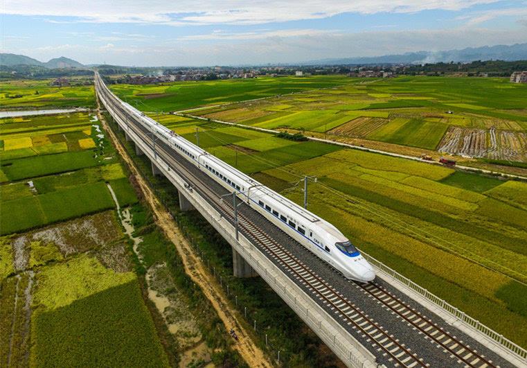 一列高铁动车组在广西田阳县境内的田野上经过(资料照片)。