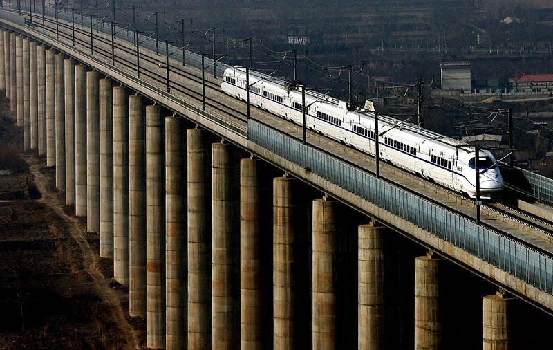 一列试运行的动车组列车从郑西高铁三门峡附近的一座特大型桥梁上驶过(2010年1月16日摄)。新华社记者 王颂 摄